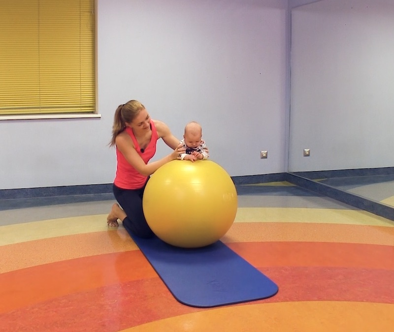 võimlemispalliga beebide/laste võimlemine